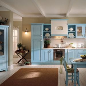 Aranżacje kuchni stylowych są przytulne i pełne ciepła. Odkryte półki pięknie eksponują domową zastawę. Fot. Spar