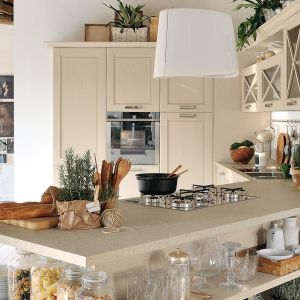 Kuchnia Agnese marki Cucine Lube, utrzymana w beżowej tonacji. Fot. Cucine Lube