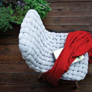 """Krzesła """"Wave"""" dostępne są w najmodniejszych kolorach m.in. pastelowych błękitach oraz kolorze musztardowym. Fot. Ohoo Style"""