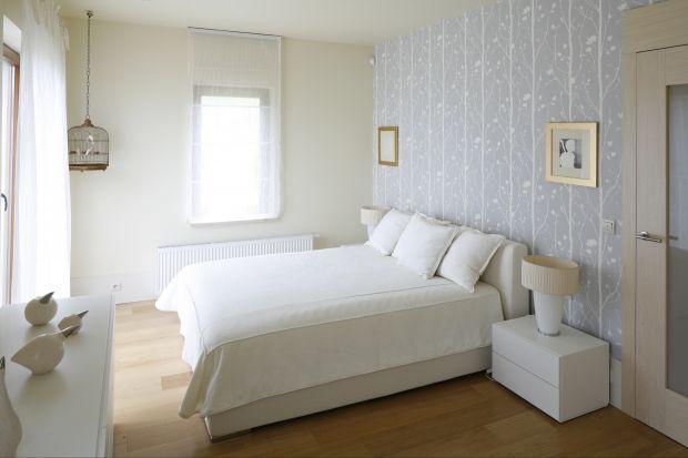 Jasne wnętrze sypialni to gwarancja wypoczynku i komfortu. Jak sprawić, aby było interesujące w wyglądzie? W galerii kilka pomysłów polskich architektów.