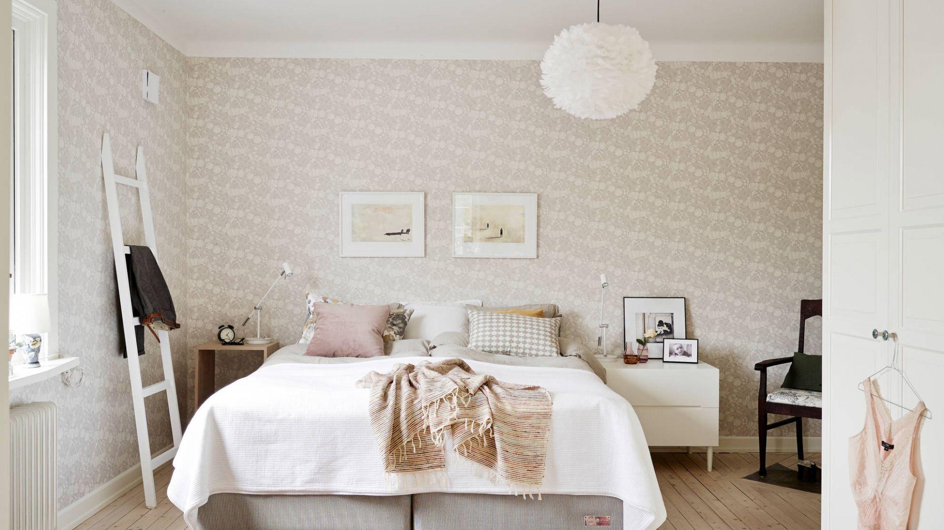 Sypialnia w beżach zawsze jest przytulna i zachęca do odpoczynku. Fot. Stadshem