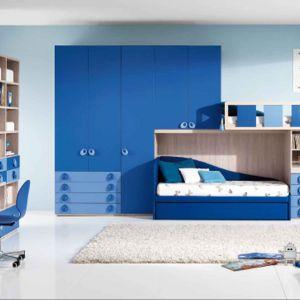 Jasne błękity w połączeniu z ciemnym kolorem niebieskim to rozwiązanie dobre do pokoju w którym będzie mieszkać rodzeństwo: siostra z bratem. Fot. Giessegi