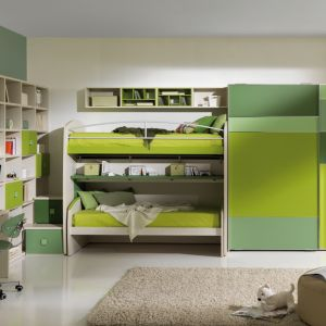 Piętrowe łóżko, przestronna szafa, ogromna ilość miejsca na książki, dzięki kubikowym półkom, a także biurko. Wszystko utrzymane w kolorach zieleni. Fot. Giessegi