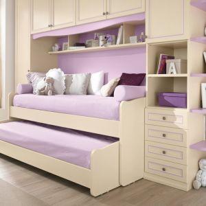 Klasyczna zabudowa, która przy niewielkich rozmiarach zapewnia i szafę na ubrania, wygodne półeczki na bibeloty oraz dwa łóżka do spania, z czego jedno jest wysuwane spod drugiego. Fot. Colombini Casa