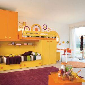 Żółty i pomarańczowy to soczysta mieszanka, która ożywi każde wnętrze. Dwa łóżka do spania i wygodne szafy zapewniające wiele miejsca do przechowywania. Fot. Colombini Casa