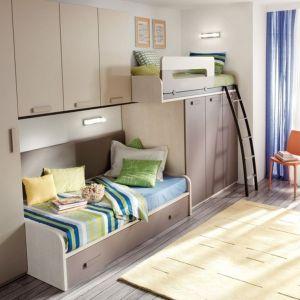 Doskonała zabudowa do małego pokoju. Mieszczą się w niej nie tylko dwa wygodne łóżka, z czego jedno ma także szufladę na pościel, ale także wygodne i funkcjonalne szafy. Fot. Muebles Lara