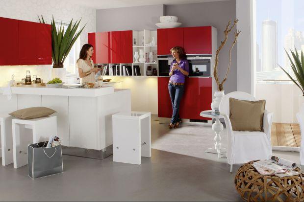 Czerwień we wnętrzu wygląda niezwykle efektownie, ożywia oraz stwarza klimat ciepła i przytulności. Idealnie pasuje do kuchni, w której spędzamy zwykle sporo czasu, i lubimy, kiedy dodaje nam energii.
