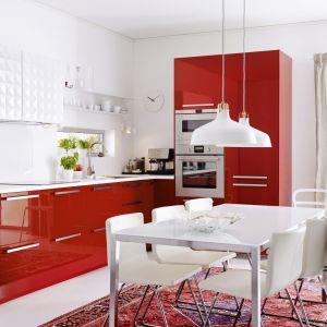 Czerwona kuchnia to doskonały wybór do aneksów, które otwarte będą na salon. Fot. IKEA