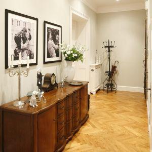 Przedpokój dla amatorów stylu klasycznego. Jeśli pomieszczenie jest odpowiednio szerokie, warto wstawić do niego pełnowymiarową komodę. Projekt: Iwona Kurkowska Fot. Bartosz Jarosz