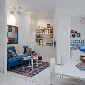 Kuchnia, salon i sypialnia połączone w jedno? Takie rozwiązanie sprawi, że najmniejsze mieszkanie wyda się przestronne. Zamiast ścian, warto zastosować duże przesuwne drzwi, które w razie potrzeby zawsze można zamknąć i oddzielić strefy w mieszkaniu. Fot. Alvhem Makleri