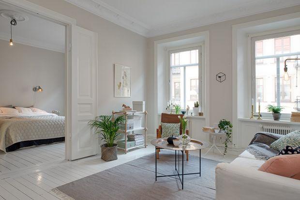 Wystrój wnętrz ma bardzo duży wpływ na samopoczucie osób w nich przebywających. Aby nadrobić jesienny deficyt słońca za oknem, warto pomyśleć o odpowiednich zabiegach aranżacyjnych w domu. Jak zadbać o stworzenie i utrzymanie lokum w jasnych