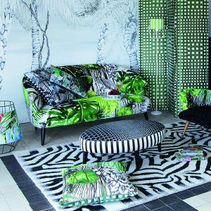 Roślinne motywy na sofie, fotelach oraz pufach połączone z wzorami zwierzęcymi (wzór na dywanie) tworzą w salonie domową dżunglę. Fot. Decodore