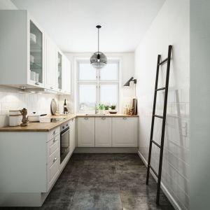 Kuchnia w kształcie litery L pozwoli na zabudowę wąskiej przestrzeni. Przeszklone szafki górne dodadzą kuchni lekkości i przestrzenności. Fot. HTH