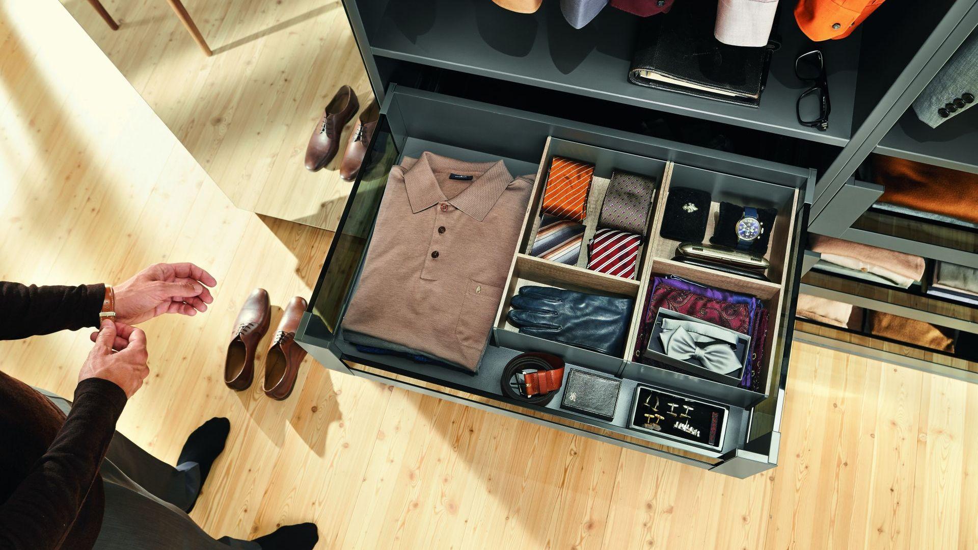 Separatory oraz specjalne pojemniki umieszczone w szufladach pozwolą na łatwe utrzymanie porządku w garderobie. Fot. Blum