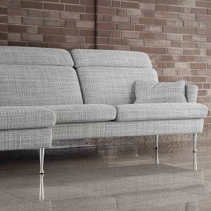 Sofa Timjan wyróżnia się prostym stylem i surową formą, którą łagodzą małe poduszki przy podłokietnikach. Fot. Sits