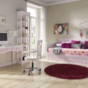 Piękna rama łóżka z stylowo wygiętymi bokami, a także biurko na cienkich nóżkach z pastelowymi, różowymi szufladkami. Kolekcja słodka, ale też bardzo elegancka. Fot. Muebles Lara