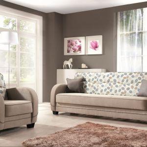 """""""Villa"""" marki Libro. W skład tego zestawu wchodzą: wersalka z pojemnikiem na pościel i funkcją spania, fotel oraz hoker. Całość dostępna jest w szerokiej gamie tkanin. Fot. Libro"""