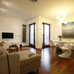 Mieszkanie w bloku dzisiaj nie oznacza już małych i ciasnych pomieszczeń. Warto jednak stosować w nich jasne barwy. Biele i beże to ciepłe kolory, które dodatkowo powiększają wnętrza. Projekt: Ewa Kulikowska. Fot. Bartosz Jarosz