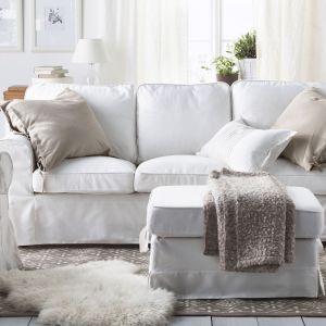 Klasyczna, miękka sofa Ektorp marki IKEA ze zdejmowanym do prania pokrowcem. Cena: 899 zł Fot. IKEA
