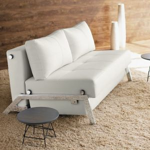 Cubed Deluxe to elegancka sofa rozkładana z powierzchnią do leżenia 140x200 cm. Fot. Formanowa