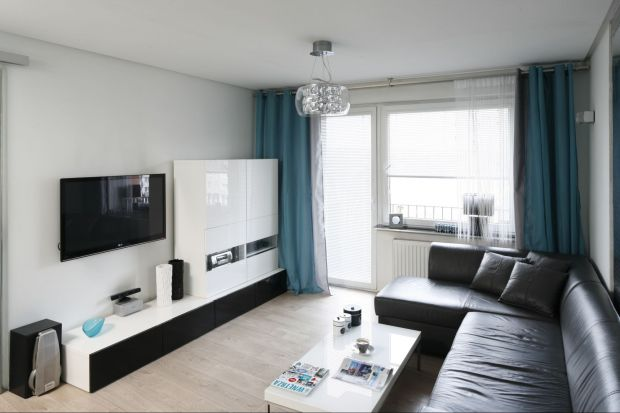 Energetyczne, eleganckie i zawsze modne. Połączenie czerni i bieli daje stuprocentową gwarancję dobrze urządzonego wnętrza. Zobacz świetne połączenia czerni i bieli na meblach do salonu, sypialni i jadalni.