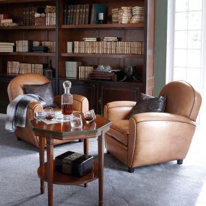 Wysoka biblioteczka z zabudowaną dolną częścią to propozycja do domowego gabinetu, ale również do stylowego salonu. Fot. Grange