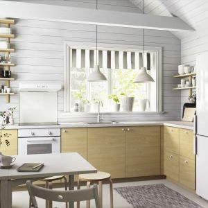 """Kuchnia """"Metod"""" marki IKEA. Ciekawy przykład kuchni bez górnej zabudowy. Tradycyjne szafki zastąpiono półeczkami. Fot. IKEA"""