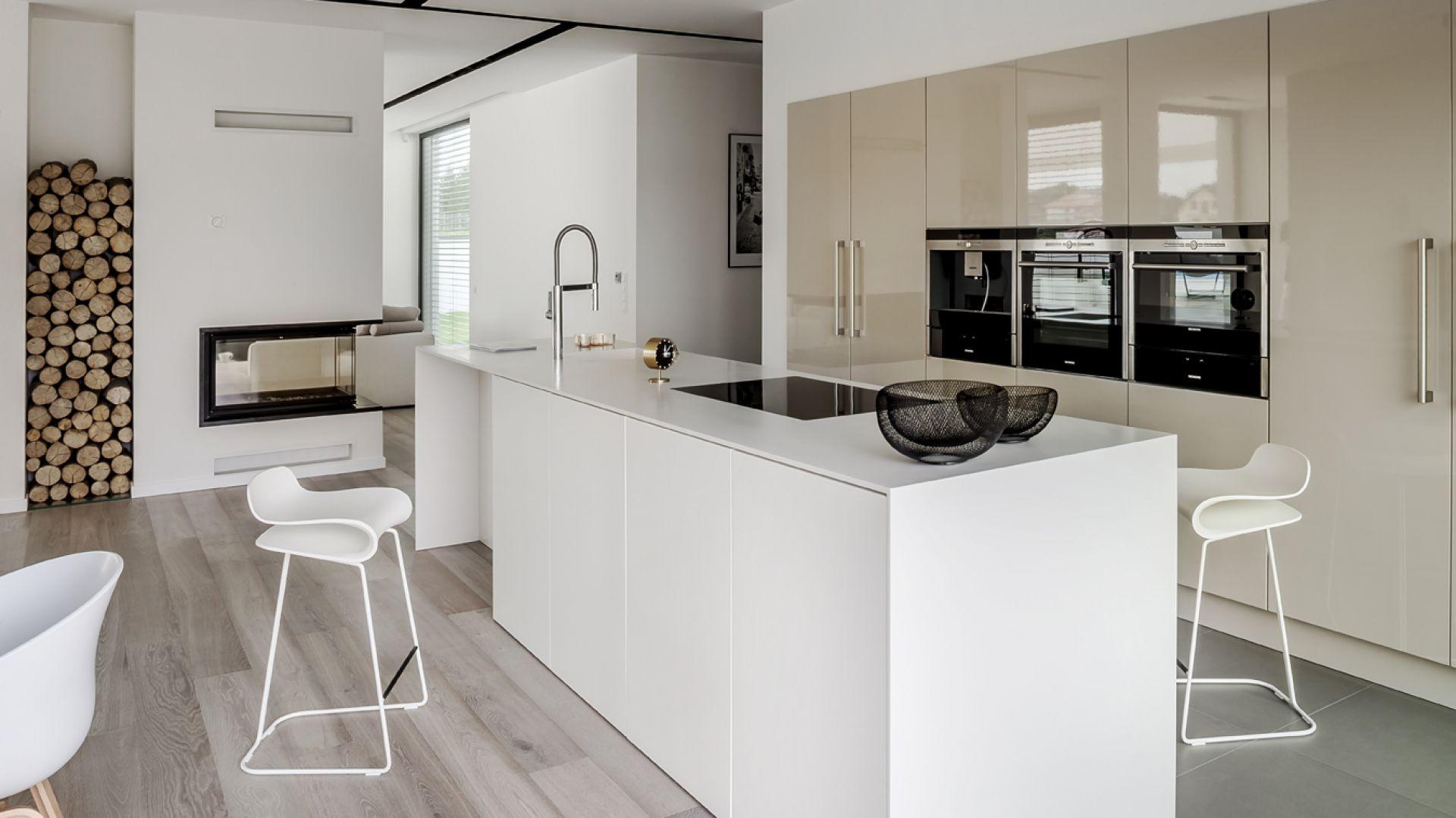 Kuchnia na wysoki połysk to wciąż modna propozycja do przestrzeni kuchennych. Najlepiej prezentuje się w postaci minimalistycznej zabudowy - kuchennej szafy i przestronnej wyspy. Fot. Zajc Kuchnie