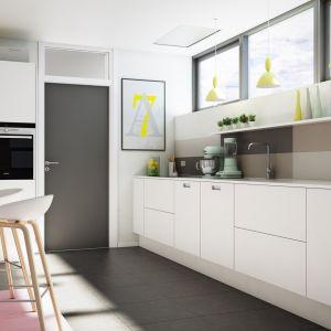 Meble z kolekcji Y20 to typowa kuchnia w stylu minimalistycznym. Jej surowa bryła została ocieplona otwartymi półkami wykonanymi z drewna. Fot. Svane Kitchen