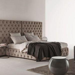 Zagłówek mocno wychodzący poza ramę łóżka, tworzący dla niego przyjemne i przytulne tło. Fot. Meridiani