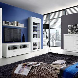 Kolekcja Snow marki Forte to nowoczesne meble w kolorze Biały Uni Mat. Ciekawym detalem jest niebieskie światło we wnętrzu witryn. Fot. Forte