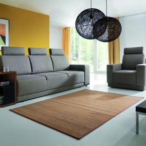 """Sofa """"West"""" firmy Wajnert, zamiast podłokietnika, ma praktyczny stolik i półkę. Fot. Wajnert"""