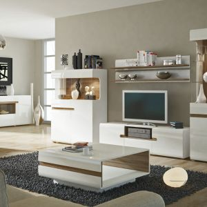 Zestaw Linate marki Meble Wójcik pasuje do nowoczesnych wnętrz. Ocieplającym elementem jest drewno umieszczone jako tylna ściana witryn. Fot. Meble Wójcik