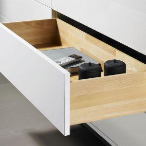 Drewniane boki szuflad (na wytrzymałej i estetycznej prowadnicy Quadro) w połączeniu z  frontami wykonanymi z płyty lakierowanej prezentują się modnie. Fot. Hettich