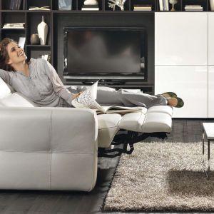 Sofa Brio włoskiej marki Natuzzi została wyposażona w elektryczny mechanizm, który pochyla oparcie i rozkłada podnóżek, co na żądanie zmienia sofę w szezlong.  Fot. Natuzzi