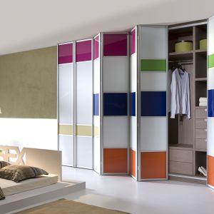 Dzięki możliwości łączenia dekorów na płycie, drzwi szafy mogą być ozdobą sypialni. Fot. Komandor