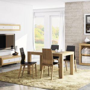 Kolekcja Magnetic zachwyca doskonałym połączeniem bieli i drewna, a także nietypowym ustawieniem brył. Niektóre elementy są bardziej wysunięte niż pozostałe tworząc wrażenie przestrzenności i doskonale zgranej geometrii. Cena stołu i krzeseł: ok. 3.546 zł. Fot. Paged Meble