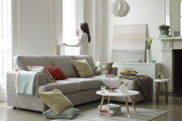 Sofa w salonie. Modele w białym kolorze