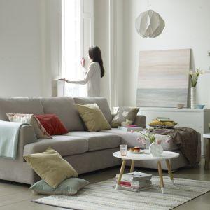 Biała sofa w białym salonie to doskonała synergia. Dzięki niej salon nabiera przestrzeni i jasności. Fot. Dfs Furniture