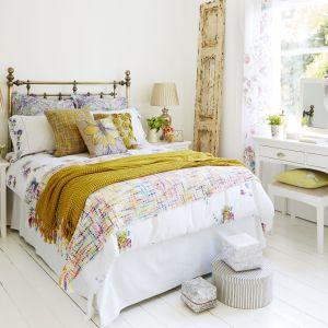 Złoto, odcienie żółcieni i biel. To przepis na jasną i słoneczną sypialnię, w której każdy nowy dzień będziemy zaczynać z pozytywnym nastawieniem. Fot. Furniture Village