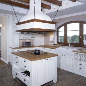 Kuchnie retro potrzebują odpowiedniej przestrzeni. Ten design najładniej prezentuje się w dużych kuchniach,  w których nagromadzenie stylizowanych dodatków nie będzie przytłaczać wnętrza. Projekt:  Maciej Bołtruczyk. Fot. Bartosz Jarosz