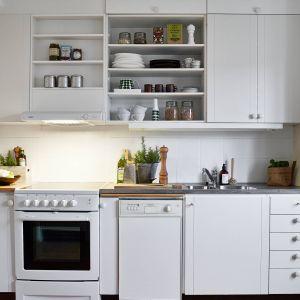 Kuchnia w skandynawskim domu jest oczywiście biała i często tak banalna, że wygląda jakby była zbudowana kilkadziesiąt lat temu. Skandynawowie uważają bowiem wiekowe rzeczy, za dobrą jakość. Fot. Stadhem