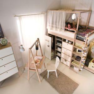 Łóżko piętrowe niczym dziecięca baza do zabaw, pod spodem producent przewidział dużą ilość półek na drobiazgi i szafę. Fot. Meble Vox