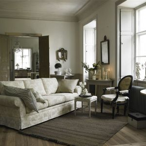 W stylowym salonie, wraz z stylizowanymi meblami świetnie komponuje się miękka sofa z poduchami. Fot. Skagen