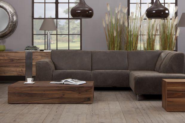 Solidna forma i geometryczny kształt sprawiają, że stolik ten może być idealnym dopełnieniem wnętrz w stylu eklektycznym jak i nowoczesnym.