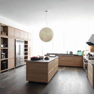 Nawet największa kuchnia będzie wyglądać przytulnie, jeśli wykonamy ją z delikatnego drewna. Fot. Pedini Cucine