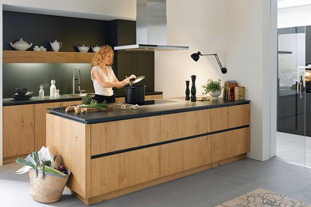 Klasyczna kuchnia z rysunkiem drewna to propozycja, która nigdy się nie znudzi czy straci na popularności. Prosta i elegancka wprowadza do domu ciepło i rodzinny klimat.