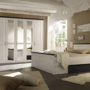 """Sypialnia """"Luca"""" marki Black Red White to doskonała propozycja dla osób marzących o sypialni w delikatnym, rustykalnym stylu. Duża szafa zapewnia wiele miejsca do przechowywania, zaś łóżko z szufladą pod materacem miejsce na pościel. Fot. BRW"""