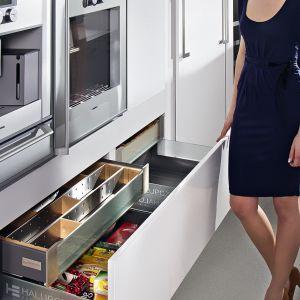 Obecnie szuflady kuchenne z systemem organizacji to standard. Na zdjęciu propozycja firmy Halupczok. Fot. Halupczok