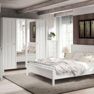 Sypialnia Village to propozycja w stylu angielskim. Eleganckie i proste stylistycznie meble utrzymane są w całości w białym, matowym wykończeniu i uzupełnione metalowymi uchwytami. Fot. FM Bravo